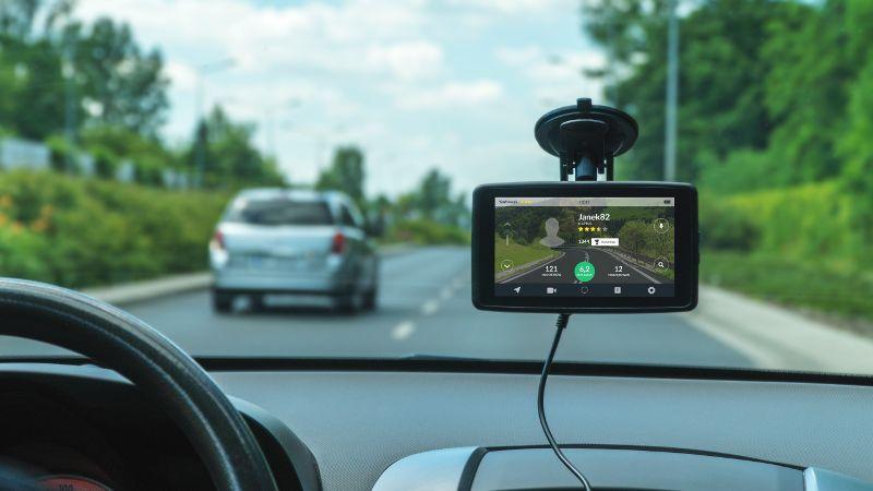 Za pomocą komunikatów dźwiękowych i graficznych informuje o kontrolach prędkości