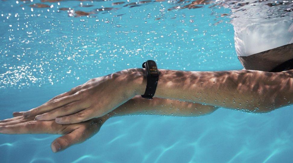 Dzięki wodoodporności opaski do głębokości 50 metrów (5ATM)