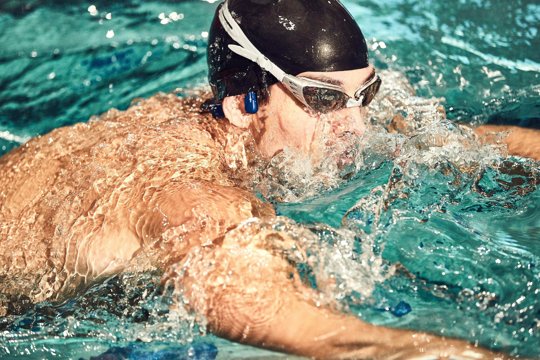 Słuchawki XTrainerz są kompatybilne z goglami do pływania, czepkiem i zatyczkami do uszu,