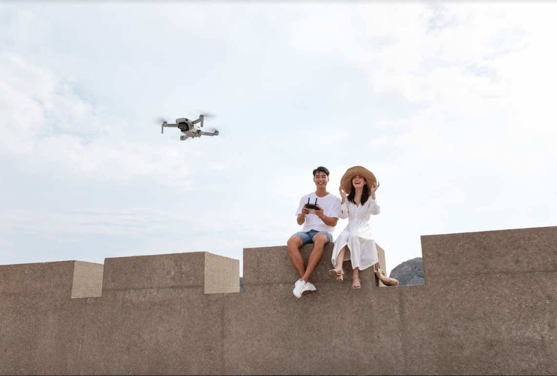 Dolny system wizyjny i GPS umożliwia lot w pomieszczeniach, jak i na zewnątrz.